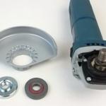 Das Foto zeigt diverse Anbauteile für die Bosch GWS 9-125 S