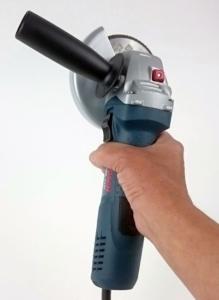 Ein Foto vom schmalen, kompakten Griff am Bosch GWS 7 125