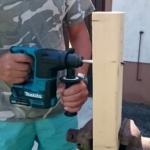 Foto vom Makita HR166D Bohrhammer beim Holz bohren